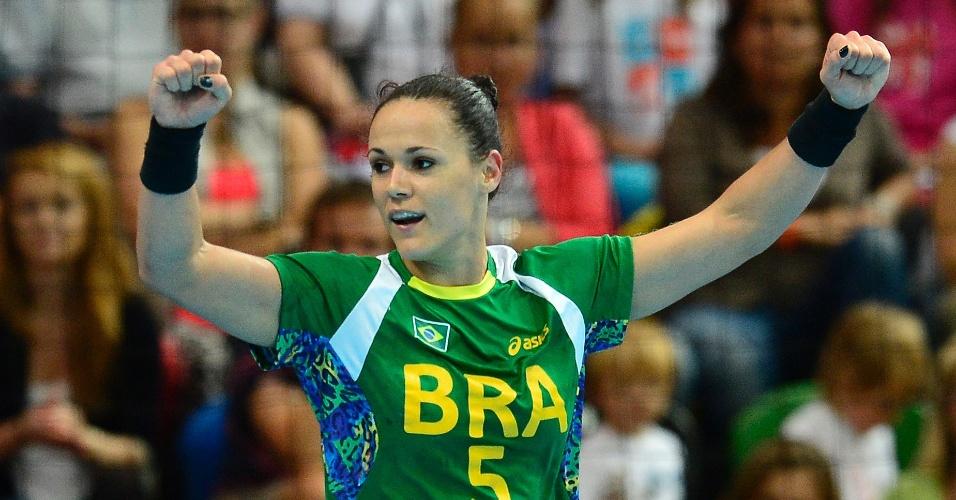 brasileira-daniela-piedade-comemora-gol-na-vitoria-da-selecao-sobre-o-reino-unido-no-torneio-de-handebol-feminino-1343839350133_956x500