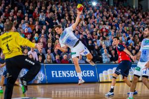 Flensburg, 10. November 2013. Im der DKB Handball-Bundesliga trifft die SG Flensburg-Handewitt (rot) in der Flens-Arena auf den HSV Hamburg. Adrian Pfahl (Mitte) hat sich gegen Drasko Nenadic durchgesetzt und fliegt dem SG-Torwart Mattias Andersson entgegen.