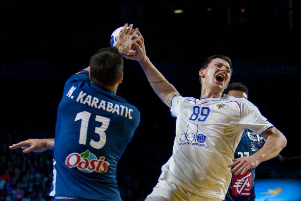 Dmitrii Zhitnikov, Russia, with a breakthrough against Nikola Karabatic, France | Photo: Bjørn Kenneth Muggerud